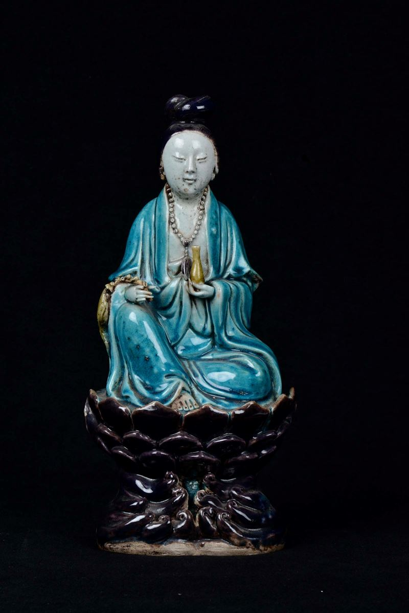 A polychrome enamelled porcelain sitting Guanyin on lotus flower, China, Qing Dynasty, Kangxi Period (1662-1722)  - Auction Fine Art - Cambi Casa d'Aste