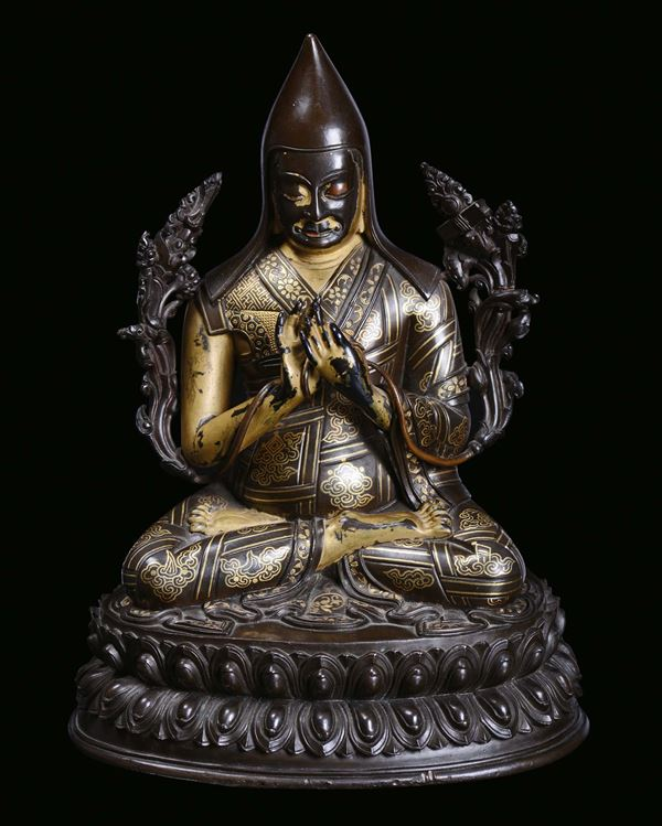 A rare and fine partially gilt bronze sculpture with gold marquetry representing Tsong-Khapa, Qing Dynasty,  [..]