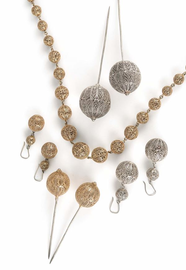 A lot of silver filigree, gilt silver, 4 hair pins, a necklace, two pairs of earrings, Genoa 20th century