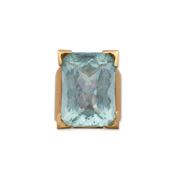 An acquamarine and gold ring
