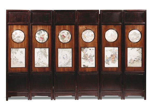 A wood screen with twelve Famille-Rose porcelain plates with figures and naturalistic subjects, China,  [..]