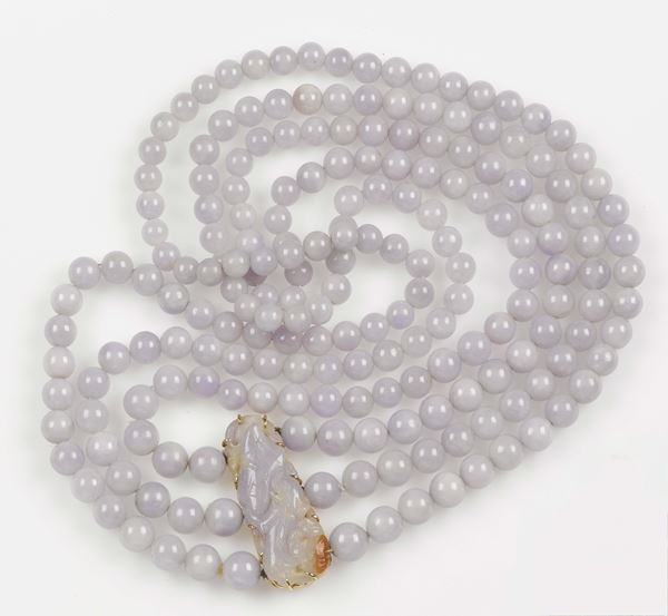 A three jadeite-row necklace. The lavender jadeites are mounted in yellow gold 750/1000. Engraved clasp