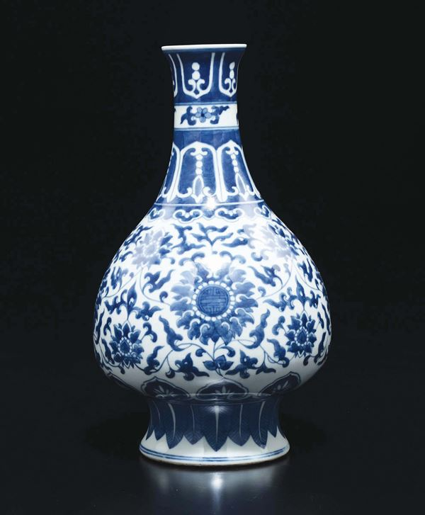A blue and white vase with flowers, China, Qing Dynasty, 19th century