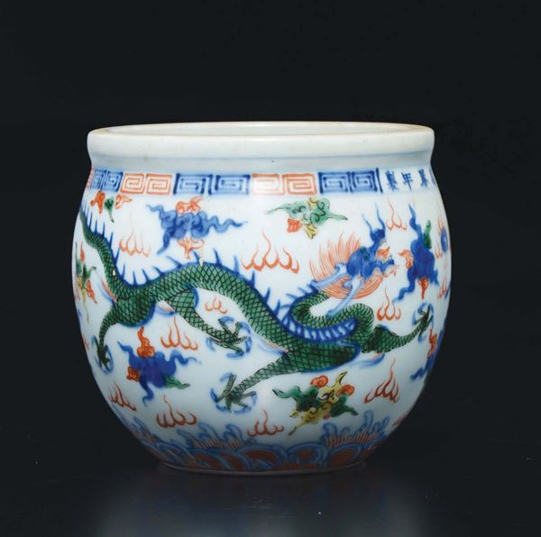 A small Wucai five colour porcelain cachepot with two dragons, China, Qing Dynasty, 19th century