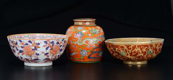 Lot of two polychrome enamelled porcelain bowls and a vase and cover, China, 19th/20th century