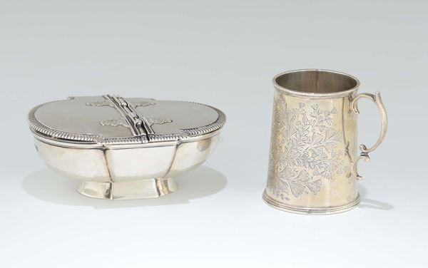 A set formed by a little silver jug and a silver double opening box, early 20th century.