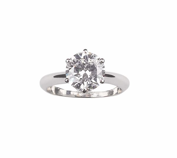 A round brilliant-cut diamond ring weighing 2,26 carats. HRD report