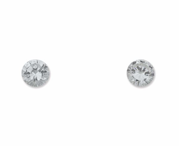 A two unmonted brilliant-cut diamonds weighing carats 2,05 and 2,04. R.A.G. reports n°DR11005/16 and n° DR11006/16