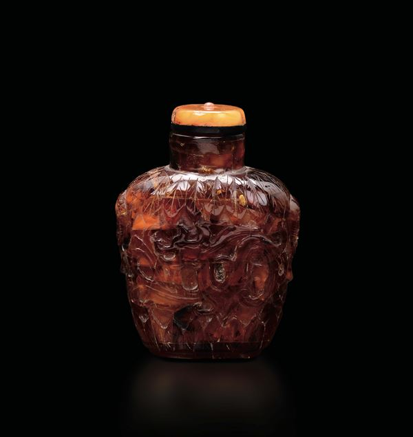 An amber snuff bottle with dragons, China, Qing Dynasty, 19th century
