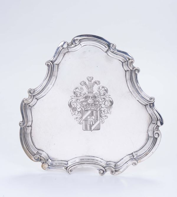 A salver in molten, embossed, chiselled and gilded silver with a crest, Germany end of the 19th century, silversmith F. Hiller
