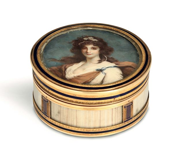 A snuffbox in gold, turtle, fossil ivory (?) and enamel. On the lid is a miniature depicting a female figure, France (Paris), title marks in use from 1798 to 1809
