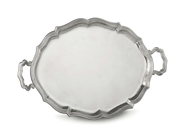 A tray in embossed silver, Venetian manufacture of the 20th century, marks for silversmith M.P. and lion in moleca not relevant