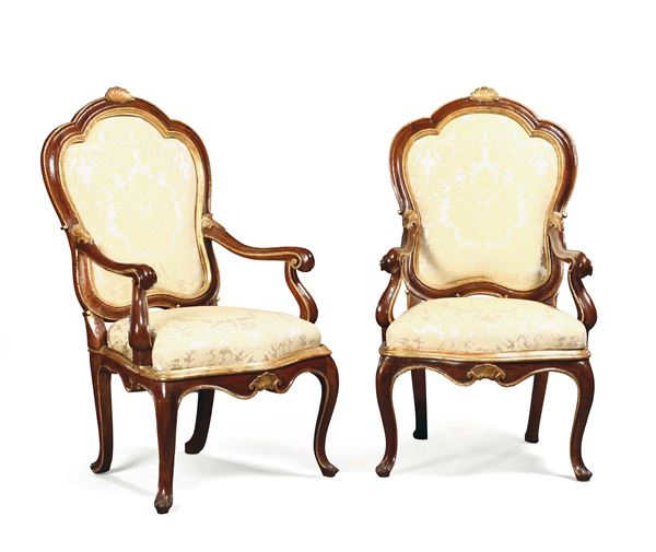A pair of Louis XV armchairs in walnut with golden profiles, Veneto 18th century