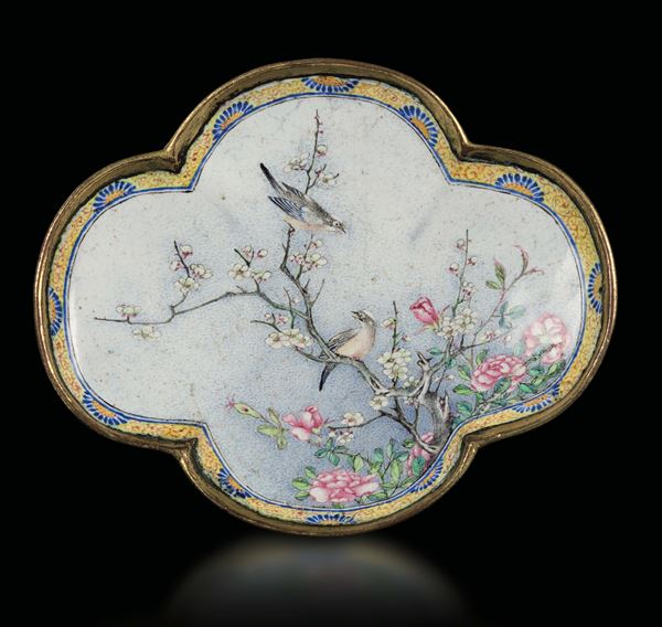 An Imperial enamel lobed oval snuff dish, Beijing, China, Qing Dynasty, Qianlong Mark and of the Period  [..]