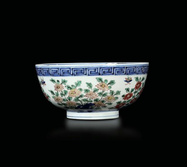 A polychrome enamelled porcelain bowl with floral decoration and inside depicting dragon and phoenix,  [..]