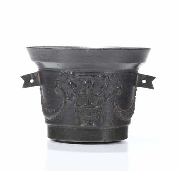 A mortar in molten and chiselled bronze. Founder from Italy or beyond the Alps, 16th-17th century
