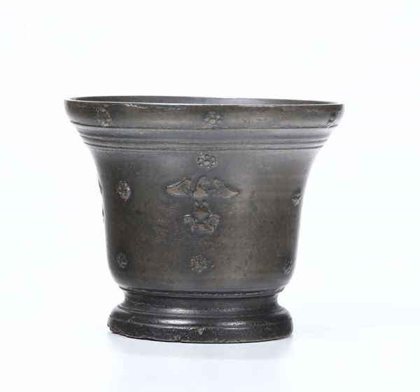 A mortar in molten and chiselled bronze. Founder from Italy or beyond the Alps, 17th century