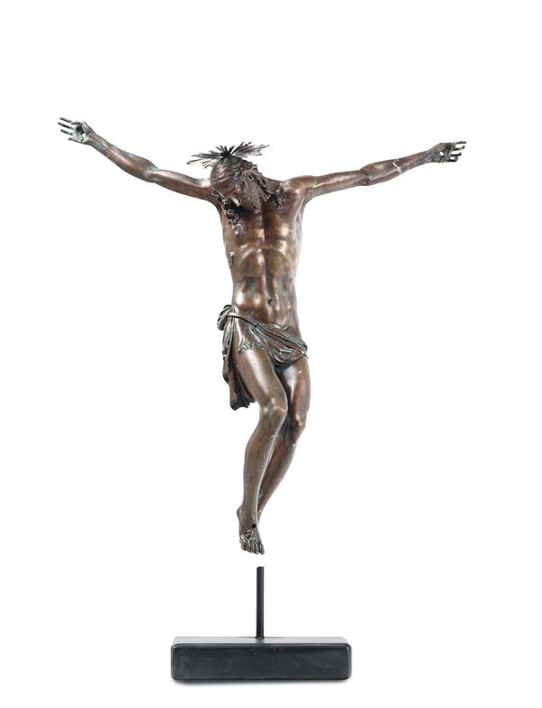 A dead Christ in molten, chiselled and patinated bronze. Halo in embossed silver. Italian Baroque art  [..]