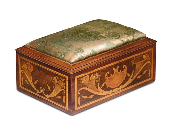 A workbox with a richly carved wooden body, with canopies and allegoric figures in various essences. Workshop of Giuseppe Maggiolini, Parabiago, early 19th century