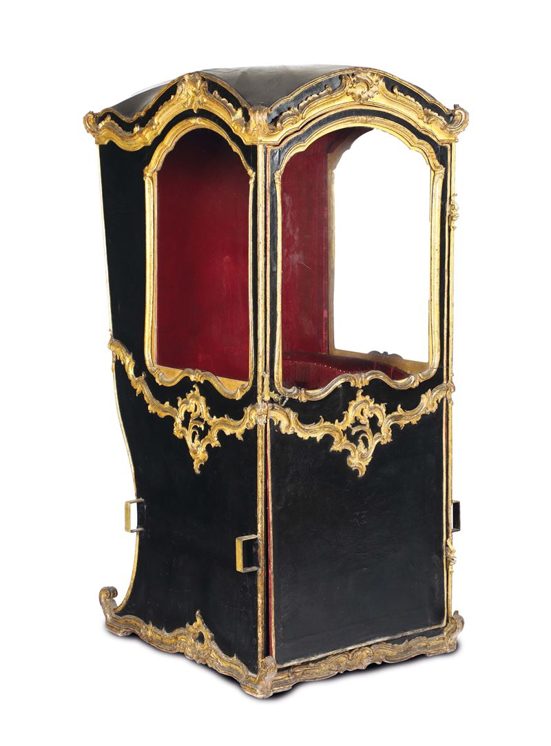 A sedan chair in black leather with profiles and decors in carved and gilded wood, Genoa, 18th century  - Auction Important Artworks and Furnitures - Cambi Casa d'Aste