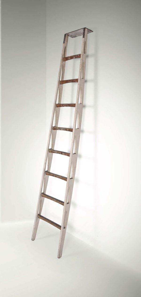 Franco Albini, a bookcase ladder in lacquered wood and wood. Metal details. Italy, 1940 ca. cm 36x230