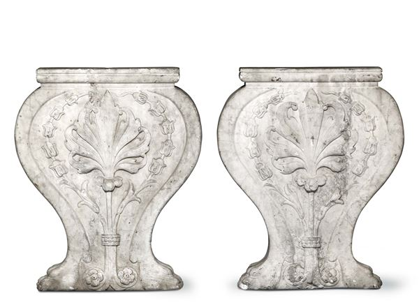 A pair of stands in sculpted marble, in the shape of the ace of cups. Tuscan art from the 16th - 17th  [..]