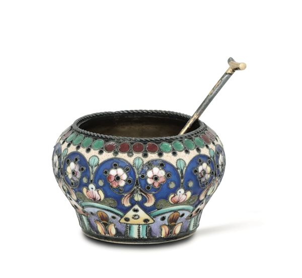 A salt bowl and spoon in gilt silver and polychrome cloisonné enamels. Russia, early 20th century