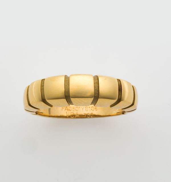 Gold ring. Signed and numbered Van Cleef & Arples FA0501YG106. Fitted case