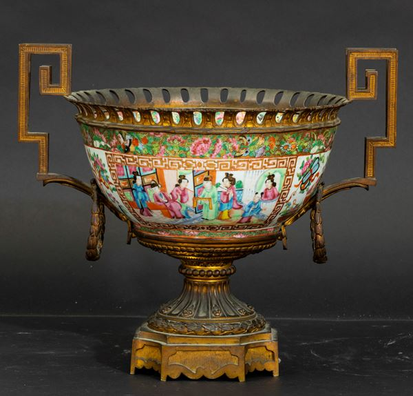 A large Canton bowl, China, Qing Dynasty, 1800s