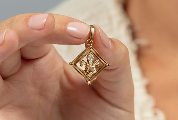 Diamond and gold pendant. Signed Fabergé. Certificate of authenticity