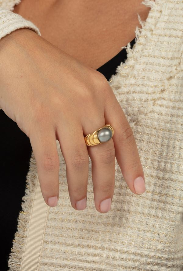 Cultured grey pearl and gold ring