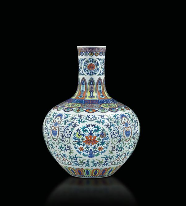 A rare large and magnificent Doucai vase, Tianqiuping, China, Qing Dynasty