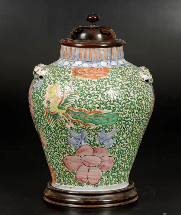 A porcelain vase with lid, China, Qing Dynasty, 1800s